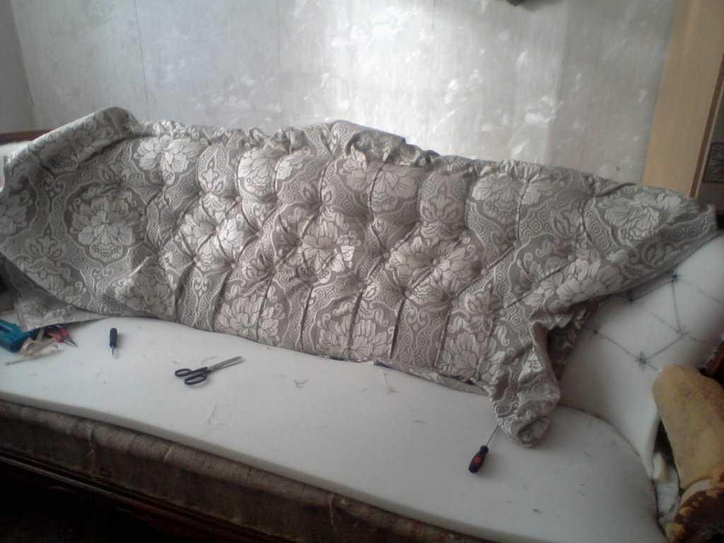 Как перетянуть диван – простая пошаговая инструкция по перетяжке своими руками. 120 фото модных идей обновления старой мебели