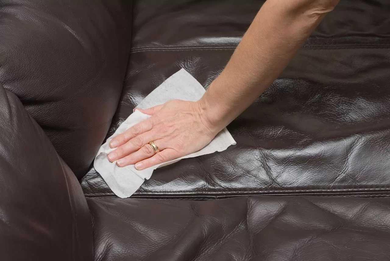 Как почистить темный или светлый кожаный диван от пятен