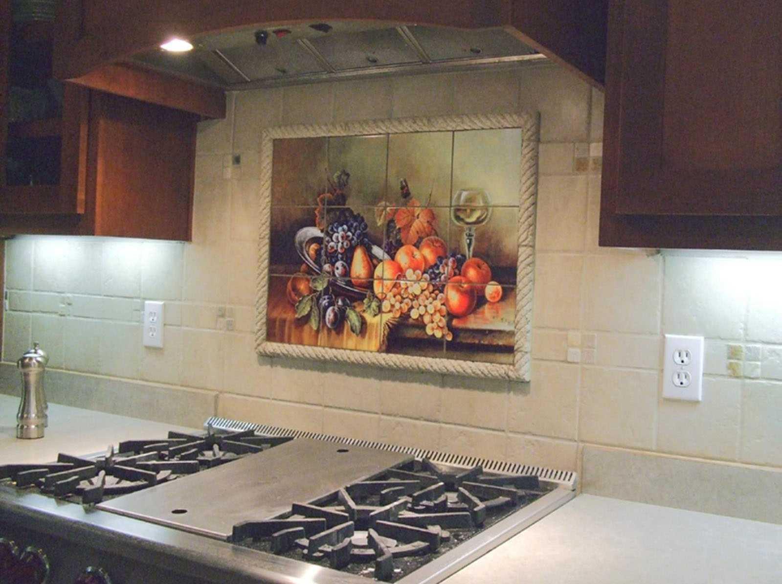 Дизайн кафельной плитки на полу и стенах в кухонном помещении