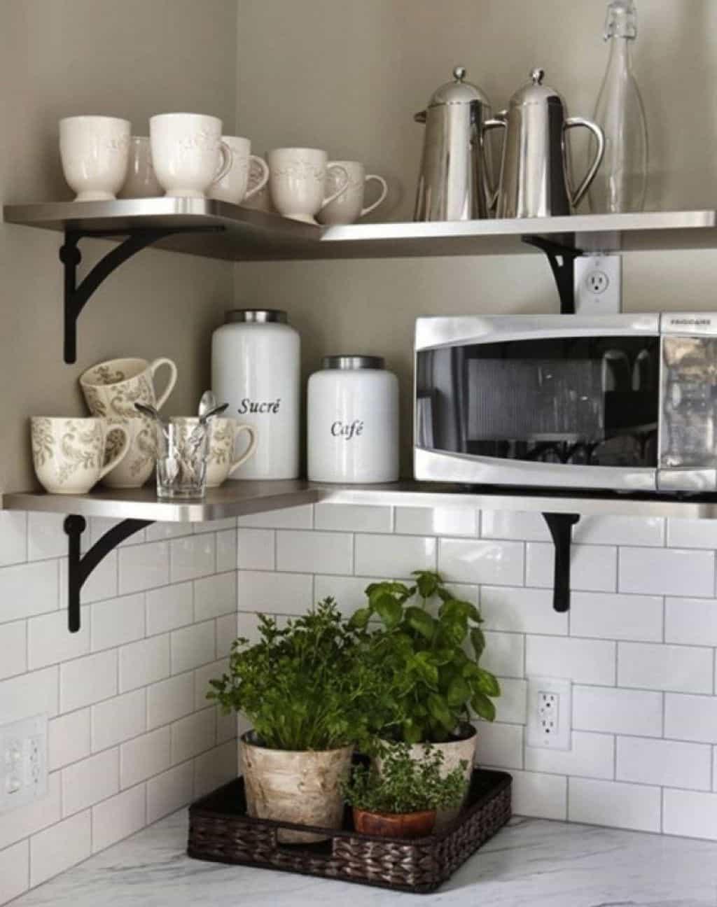 Полки на кухне вместо шкафов в интерьере: разъясняем основательно