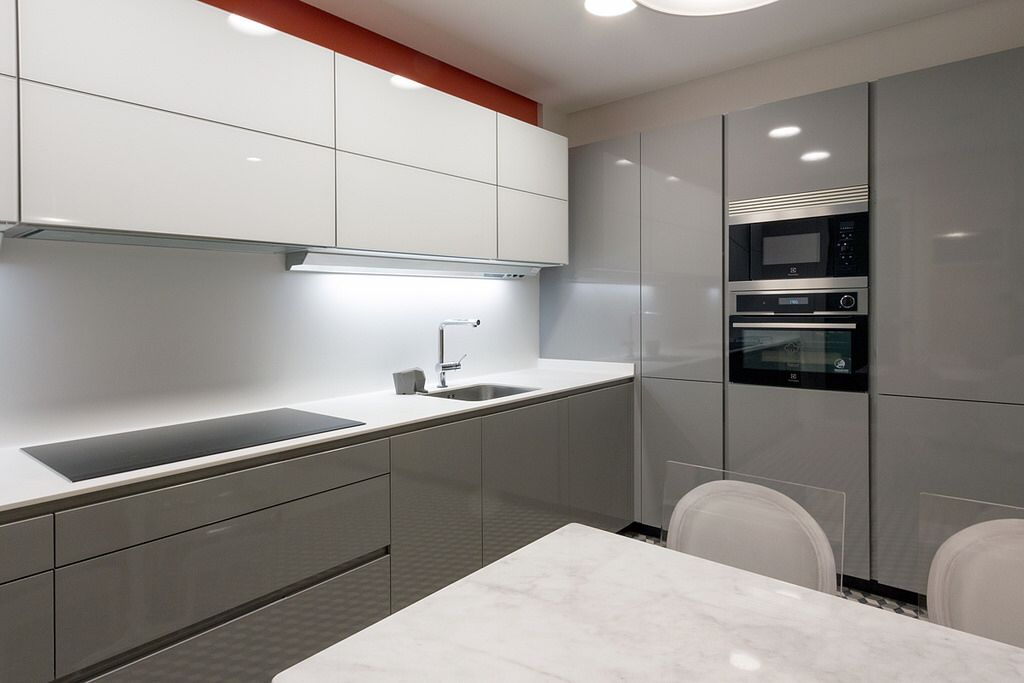 Бело-серая кухня: 50 фото идей дизайна, белая кухня с серой столешницей
