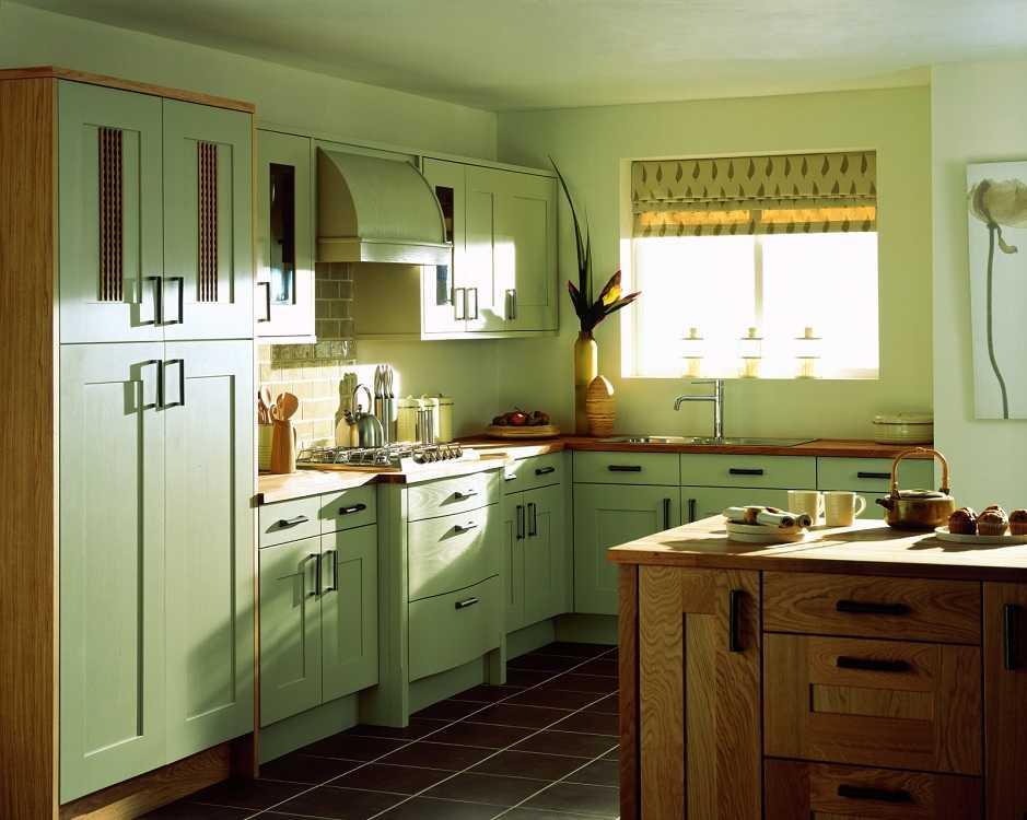 Фисташковая кухня: интерьер с обоями оливкового цвета, гарнитур в стиле прованс