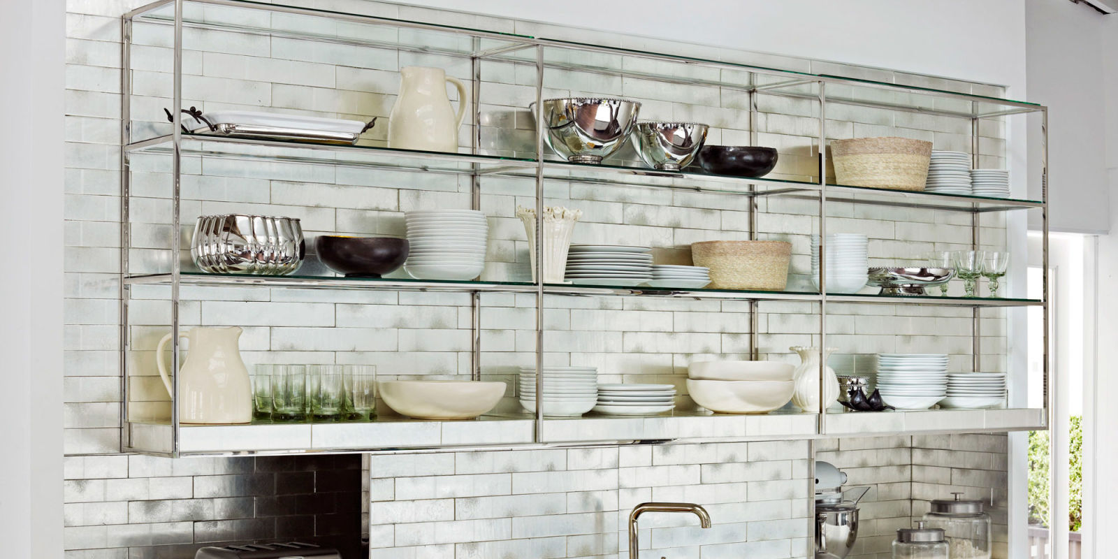 Полки вместо навесного шкафа: варианты дизайна кухонного гарнитура
