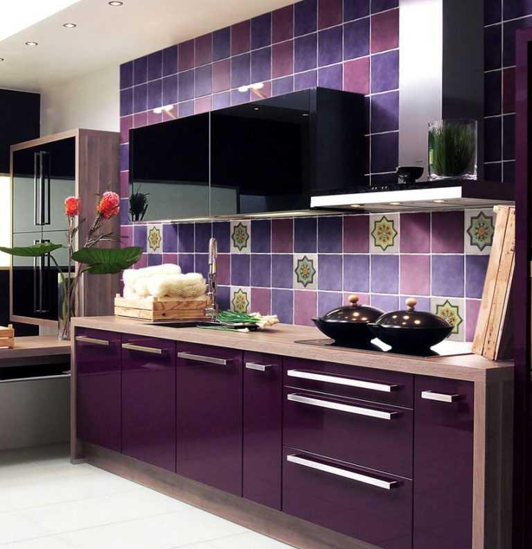 Фиолетовая кухня: сиреневые, лавандовые, лиловые стены с белым гарнитуром в интерьере - сочетание цветов в дизайне фартука, шкафов